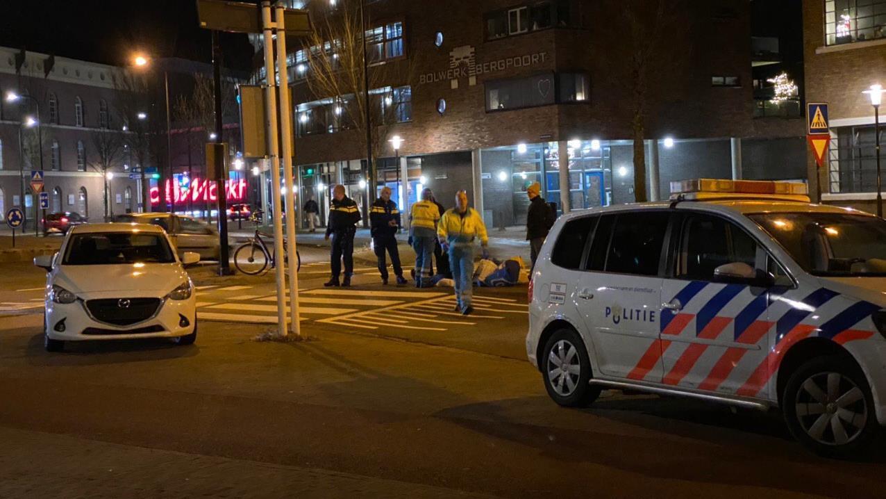Fietser gewond naar ziekenhuis na aanrijding in Deventer.