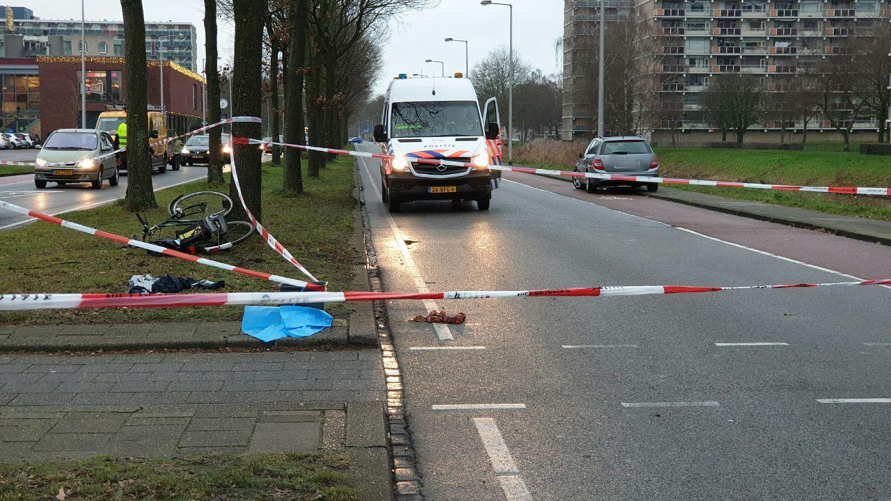 Fietser gewond bij aanrijding in Enschede, weg afgesloten.