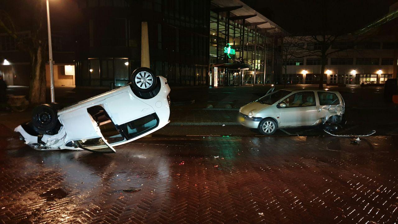 Auto over de kop bij eenzijdig ongeluk in Enschede.