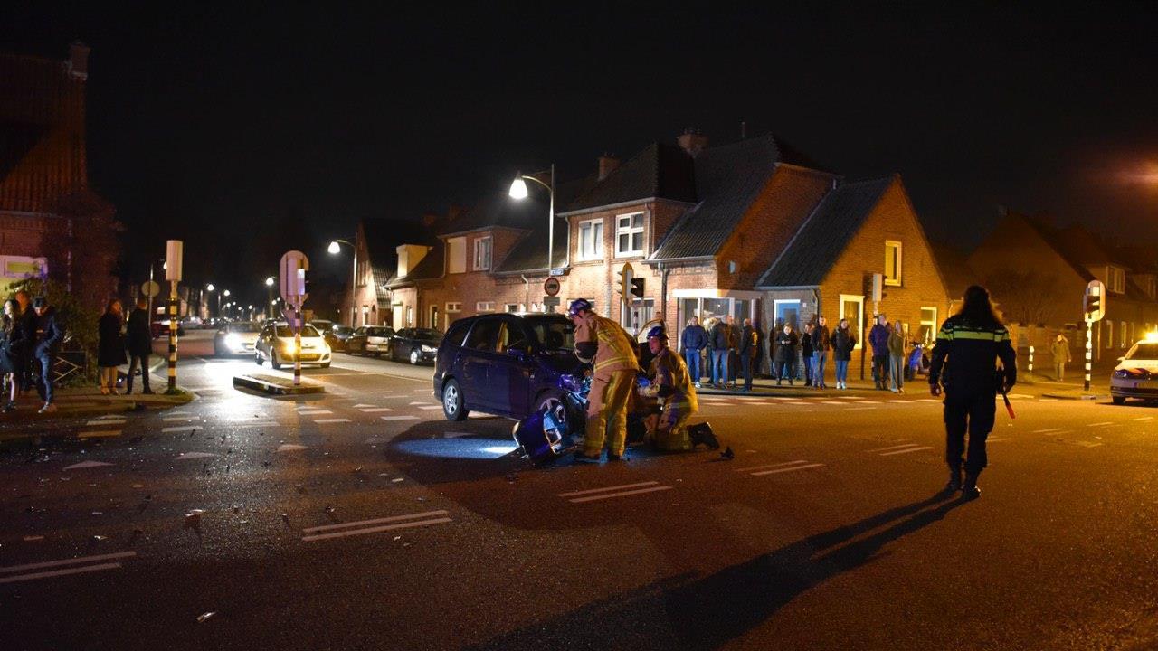Twee gewonden, schade en veel bekijks bij ongeluk in Almelo.