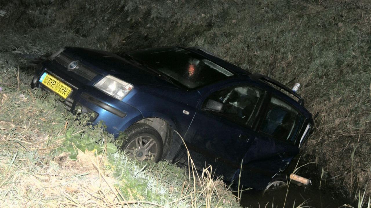 Auto belandt in sloot na botsing op A35 in Wierden, één persoon gewond.