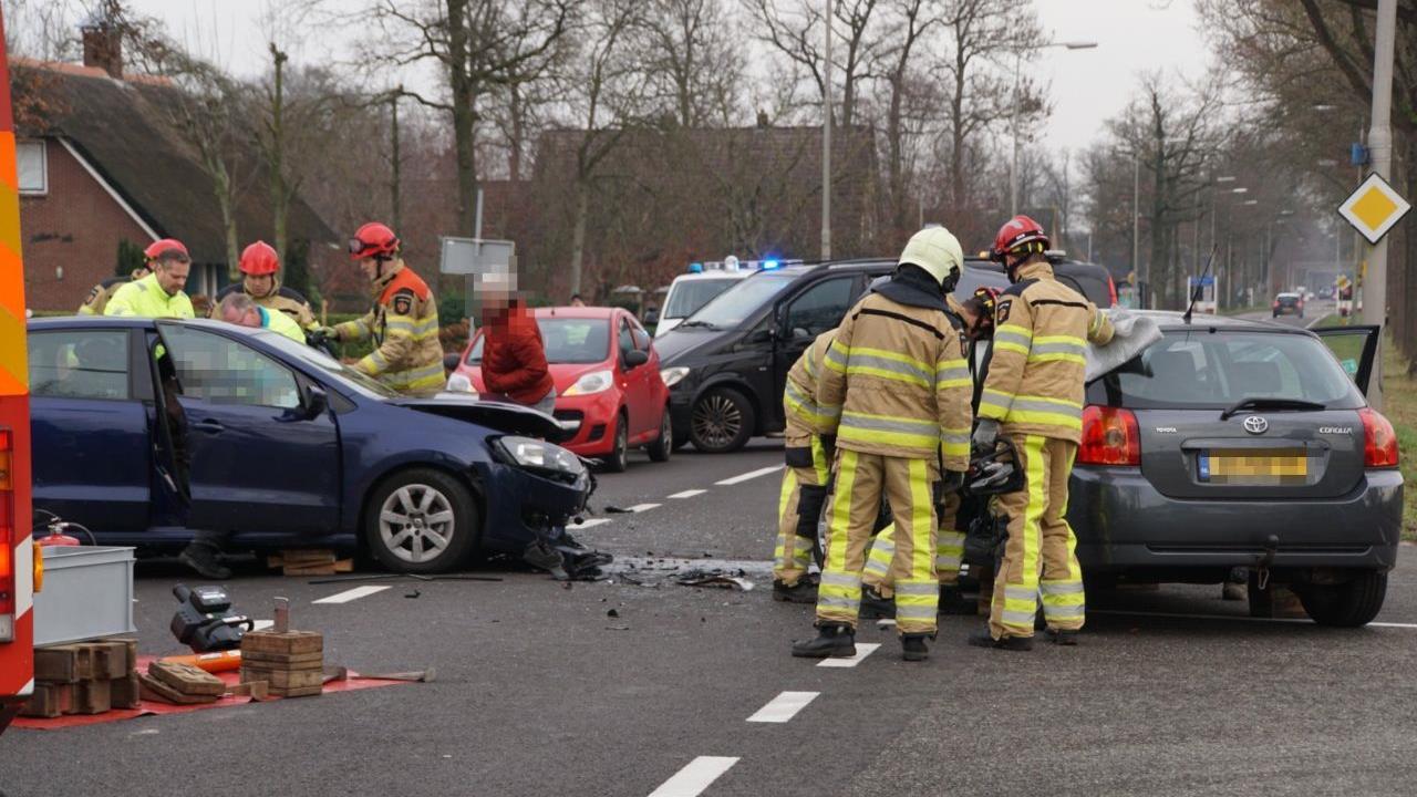 Twee gewonden bij aanrijding op kruising in Nieuwleusen.