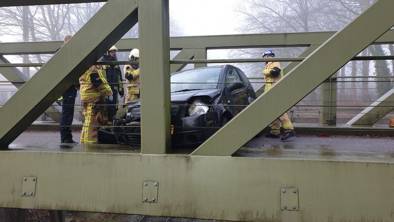 Auto door ongeluk klemvast op spoorviaduct in Enschede.