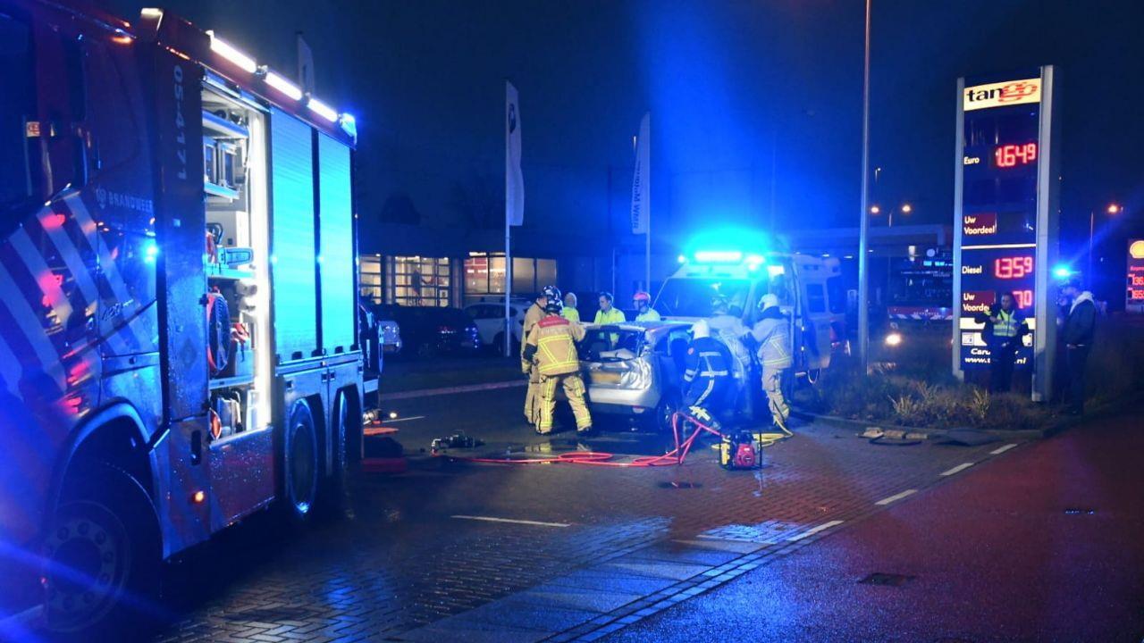 Bestuurder uit auto geknipt na ongeluk in Enschede.