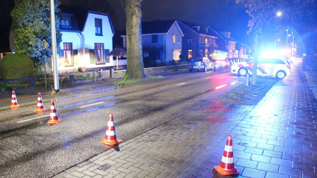Automobilist gewond na aanrijding met boom in Nijverdal.