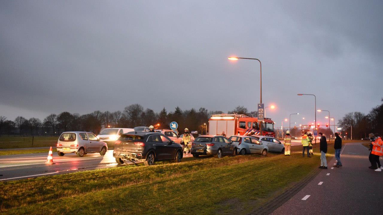 Kettingbotsing met vijf autos op N340 bij Dalfsen.