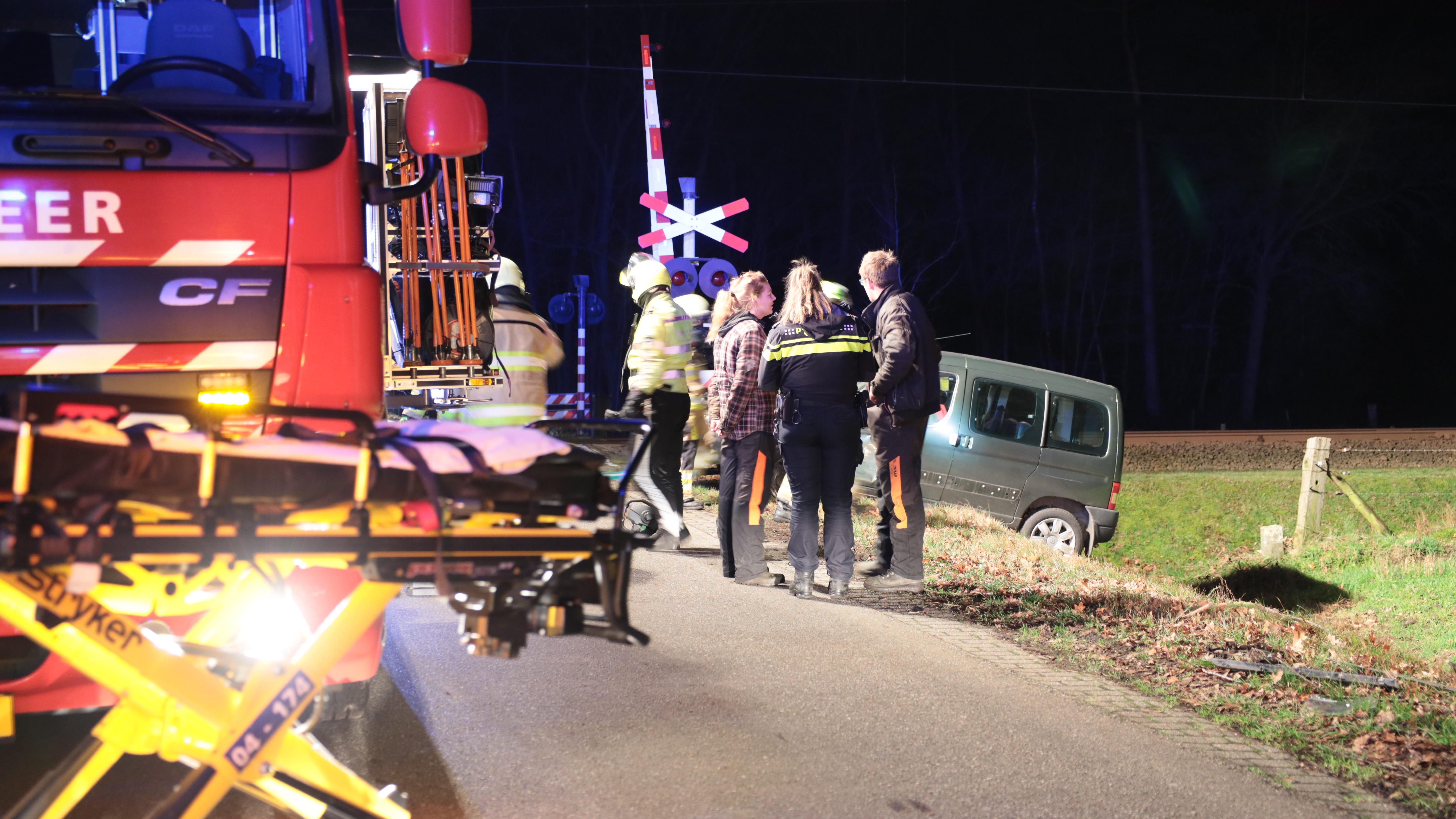 Brandweer bevrijdt automobilist na botsing met trekker in Vilsteren.