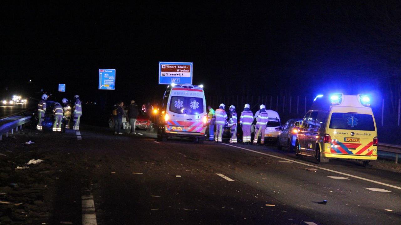 A32 bij Steenwijk richting Friesland dicht na ongeluk met zes voertuigen.