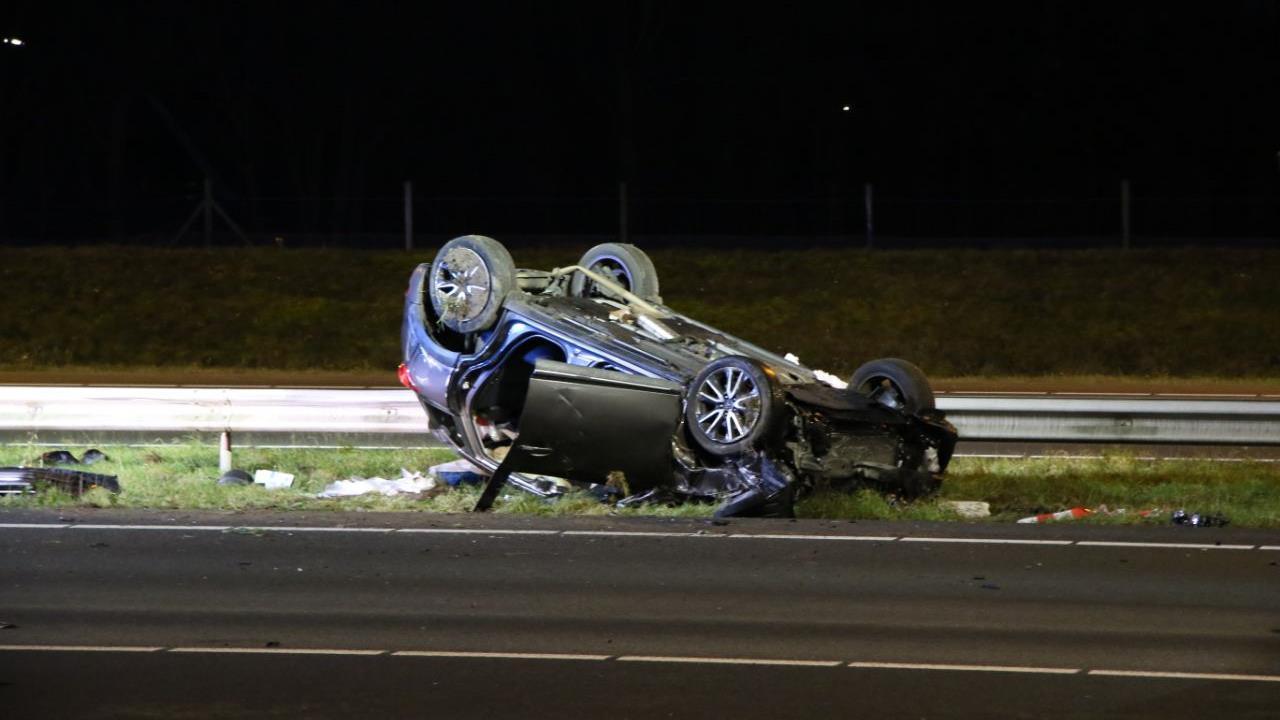 Dode en vijf gewonden bij ongeluk op A1 bij Hengelo.