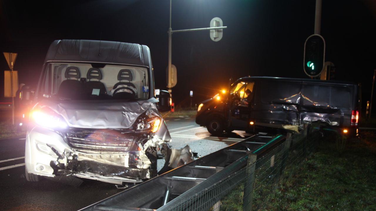 Ongeval Wierden: bestuurder is druk met flitspaal bezig en rijdt door rood.