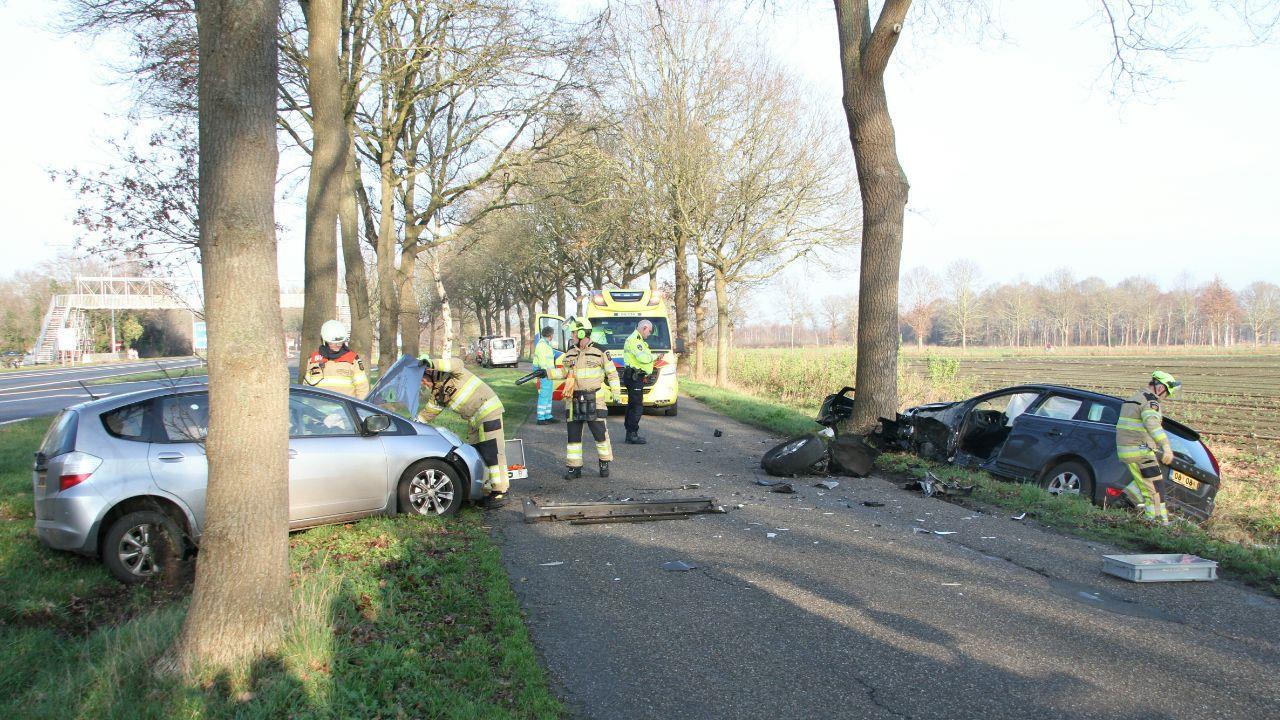 Twee gewonden bij frontale botsing bij Lemelerveld.