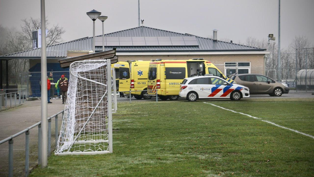 Man zwaargewond bij ongeval op sportpark in Ootmarsum.
