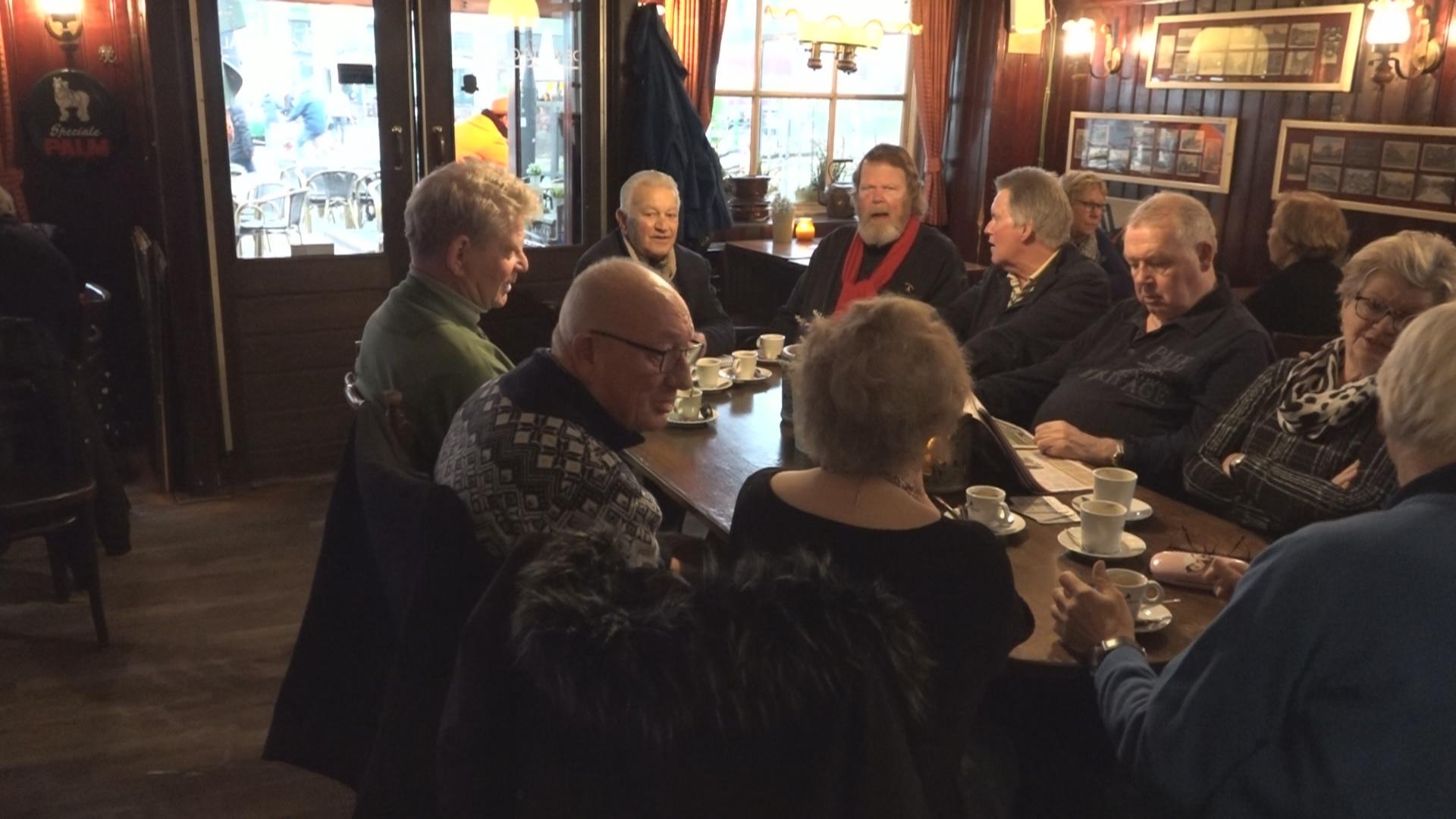 De AOW-uitkering valt vies tegen, zeggen de oudjes in Deventer café De Waagschaal