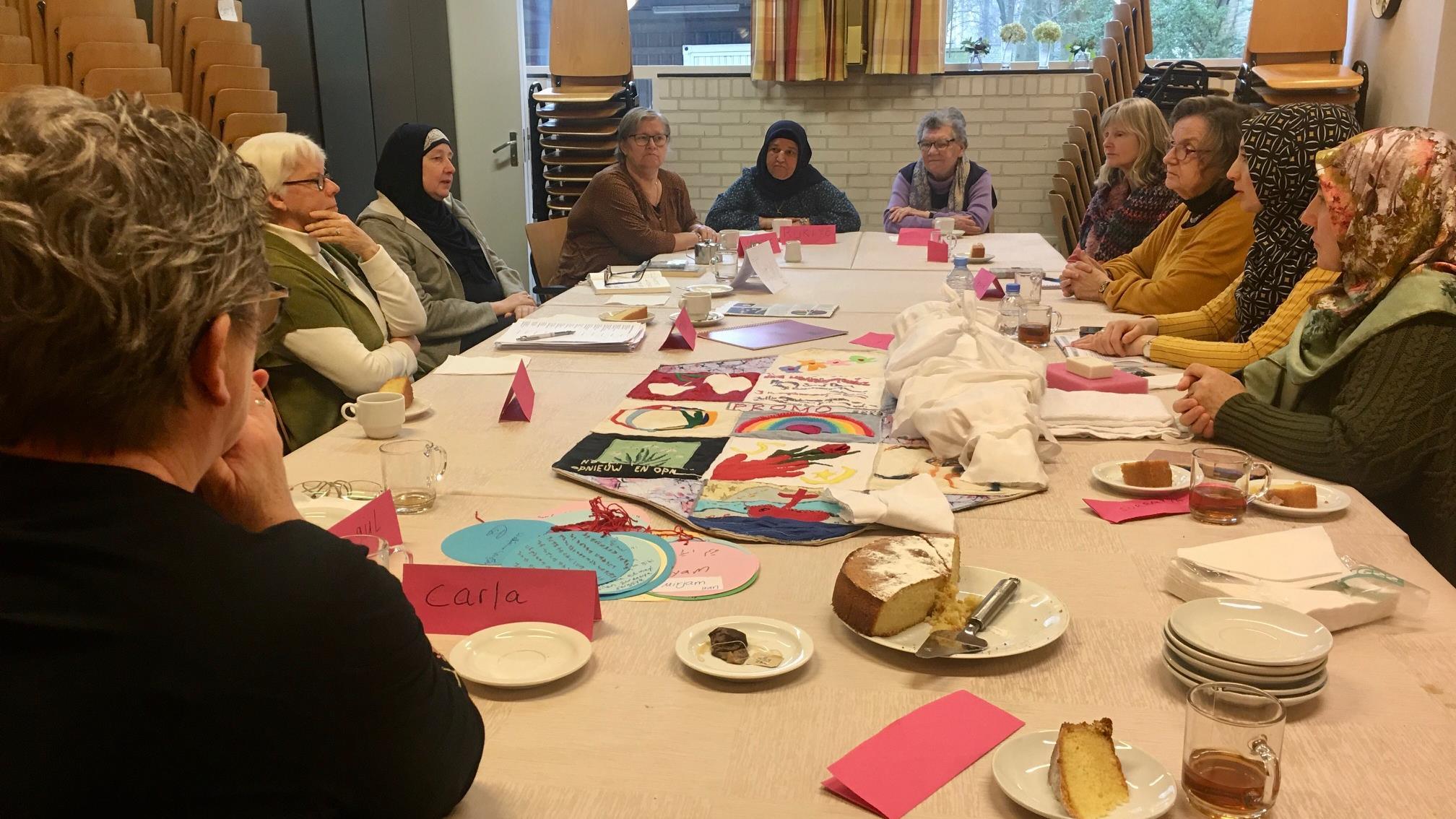 Moslima's en protestantse vrouwen nemen samen hun religies onder de loep