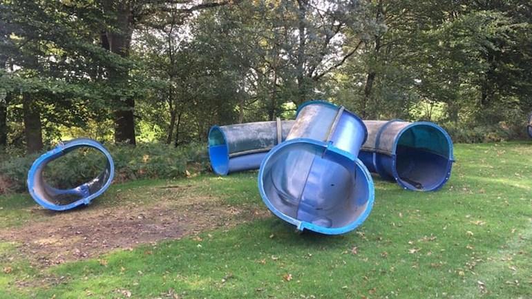 53 meter lange waterglijbaan verkocht aan man die hem in eigen achtertuin zet