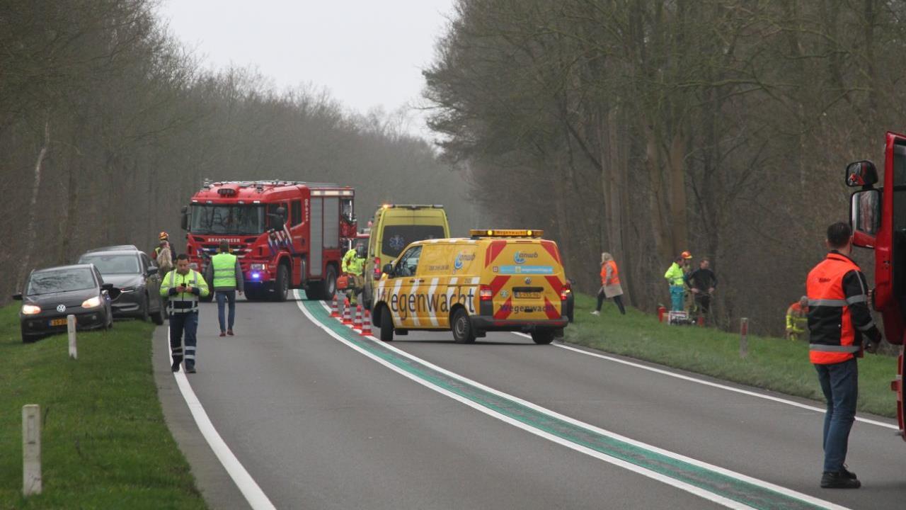 Weg tussen Holten en Laren afgesloten na ernstig auto-ongeluk.