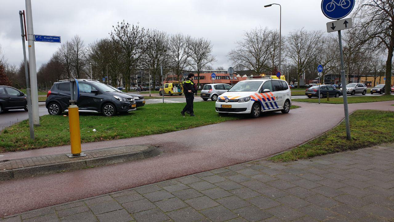 Omstanders duwen gekantelde auto weer op vier wielen na ongeluk in Hengelo.