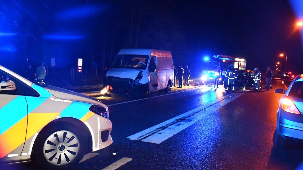 Ernstig gewonde bij aanrijding tussen bestelbus en auto in Den Ham.