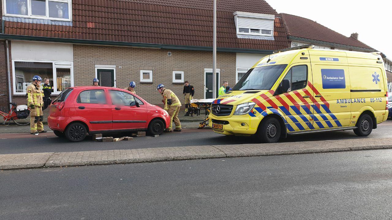 Vrouw gewond naar het ziekenhuis na aanrijding tussen drie autos in Enschede.