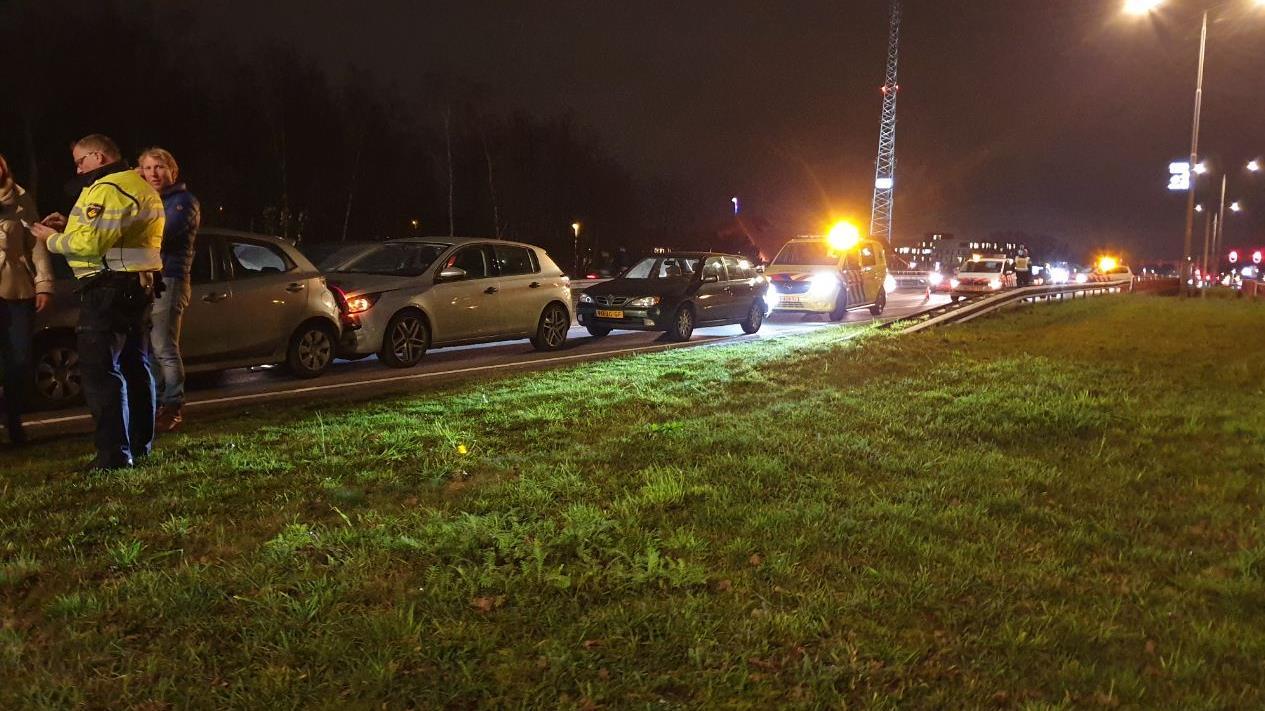 Vier autos betrokken bij kettingbotsing voor oprit A1 in Hengelo.