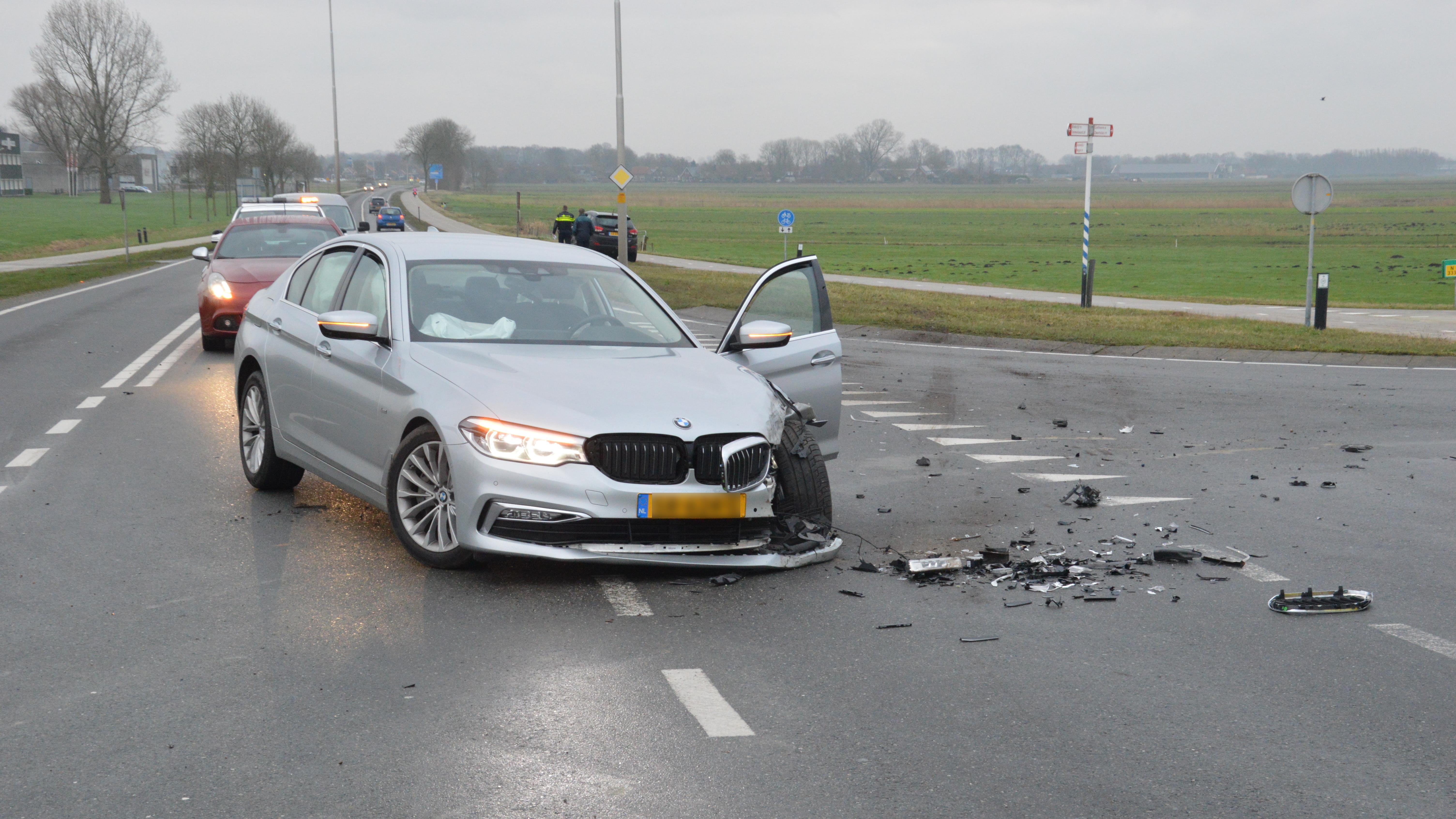 Eén gewonde en flinke ravage bij botsing op N333 bij Steenwijk.