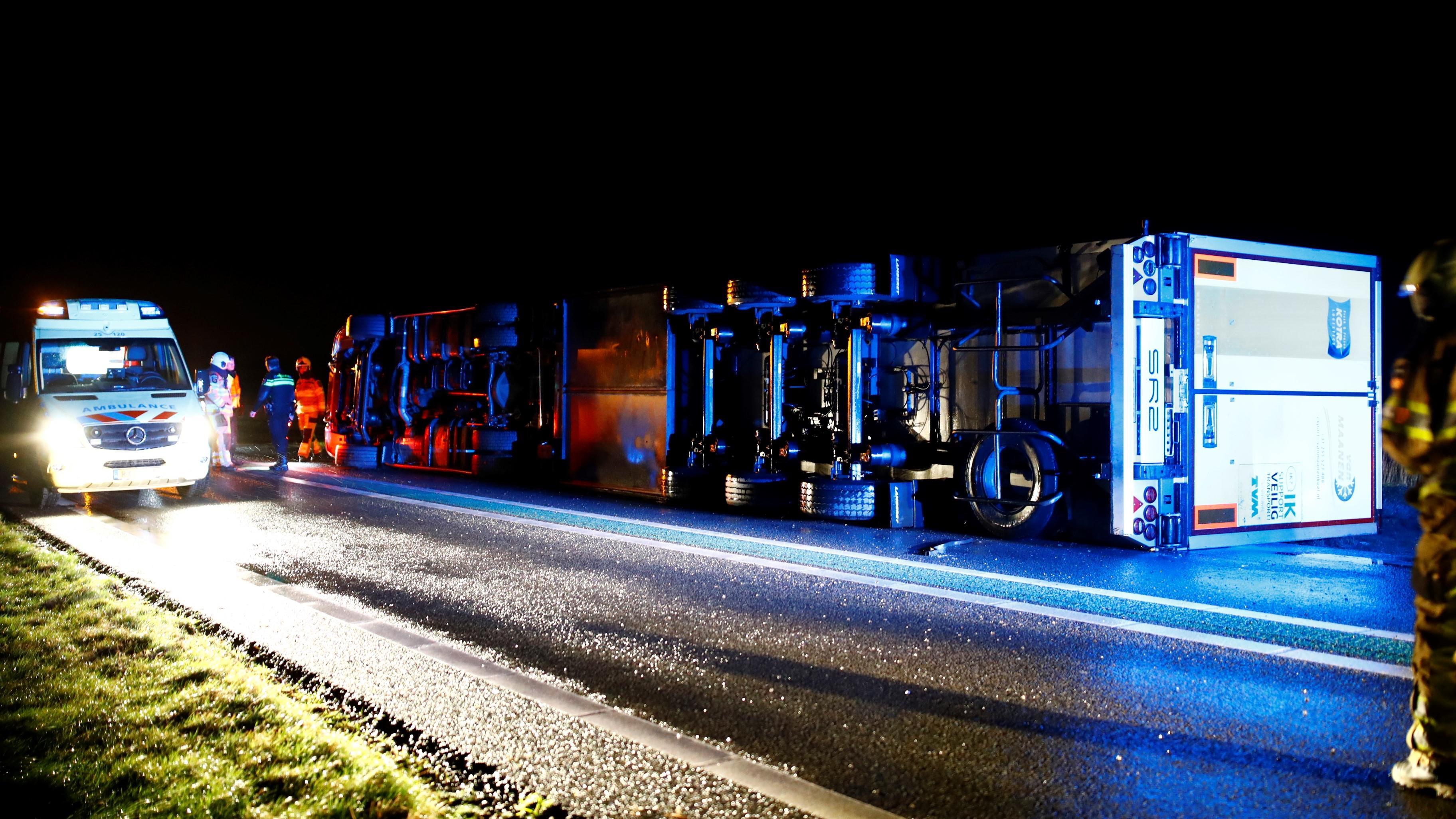 Vrachtwagen gekanteld op de N50, weg in beide richtingen afgesloten.