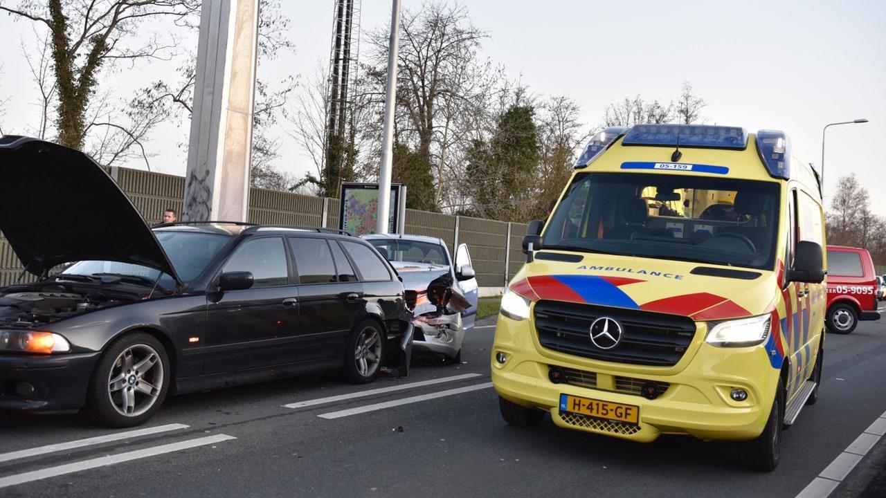 Gewonde bij botsing autos in Almelo.
