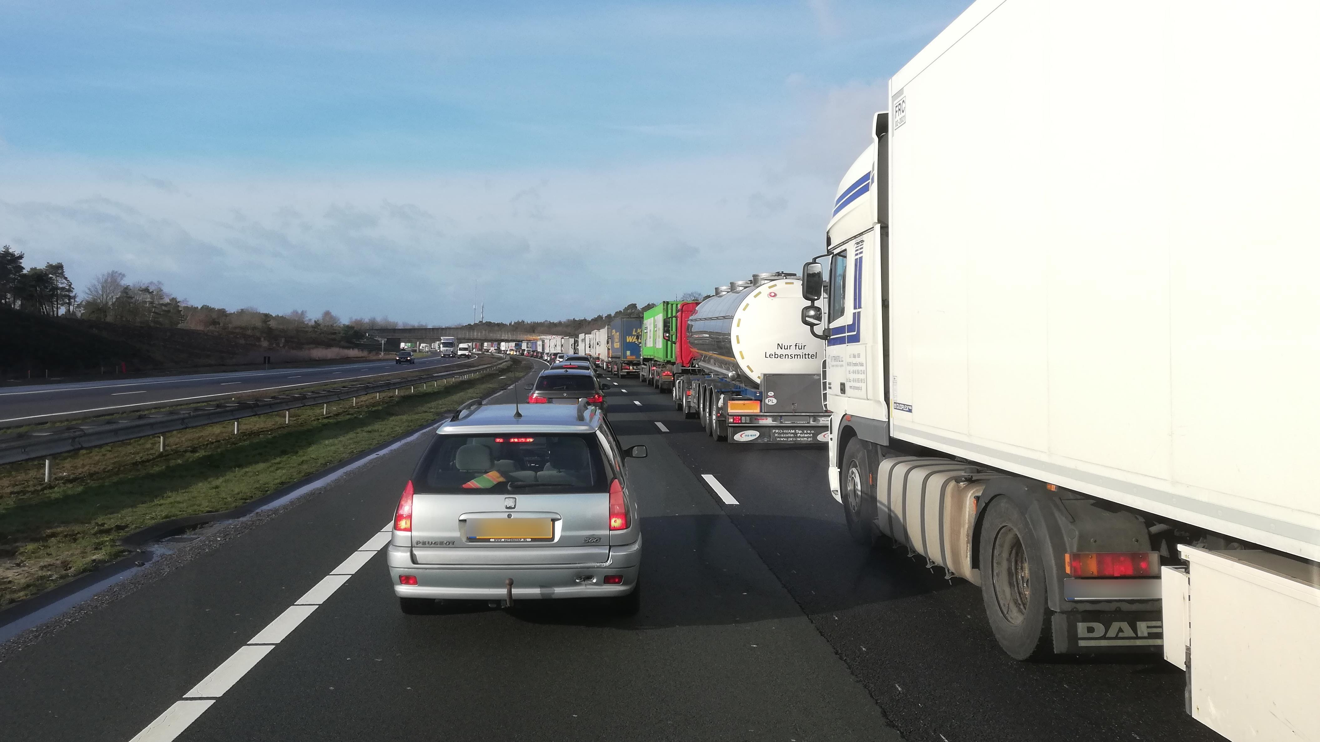 Ongeluk op A1 bij Markelo veroorzaakt flinke file.