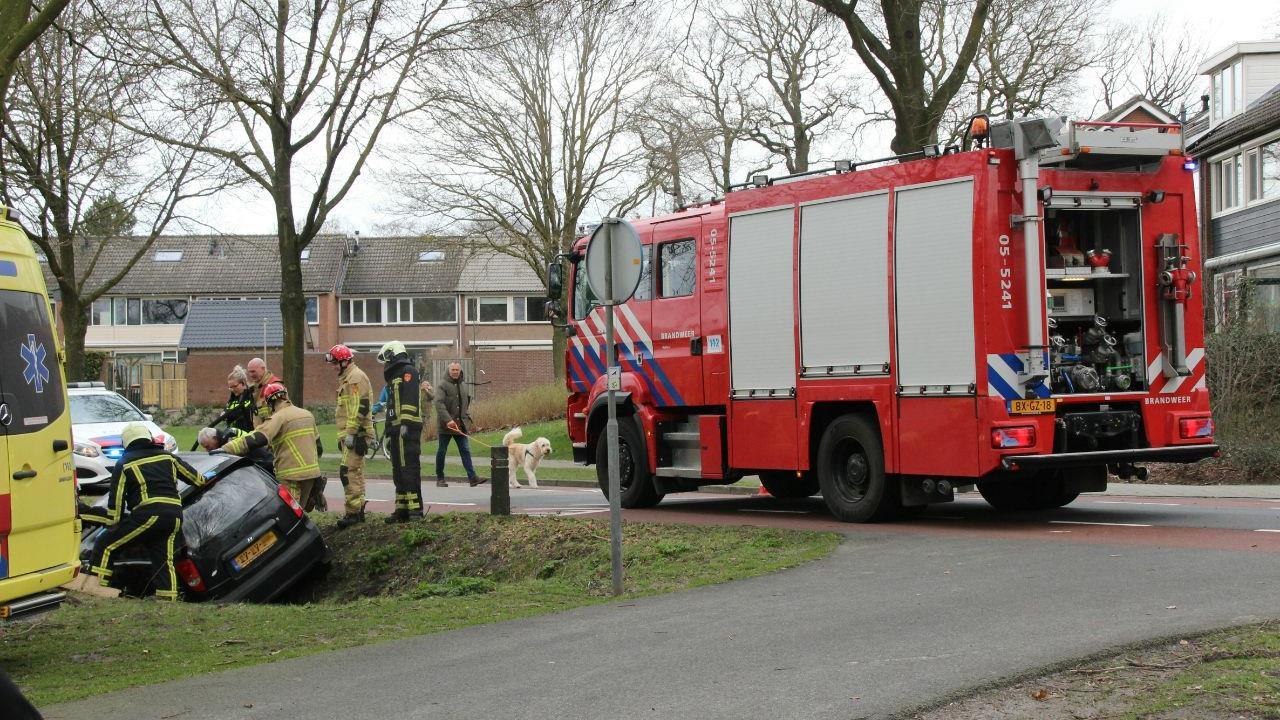 Automobilist belandt in sloot na botsing met paal in Castricum.