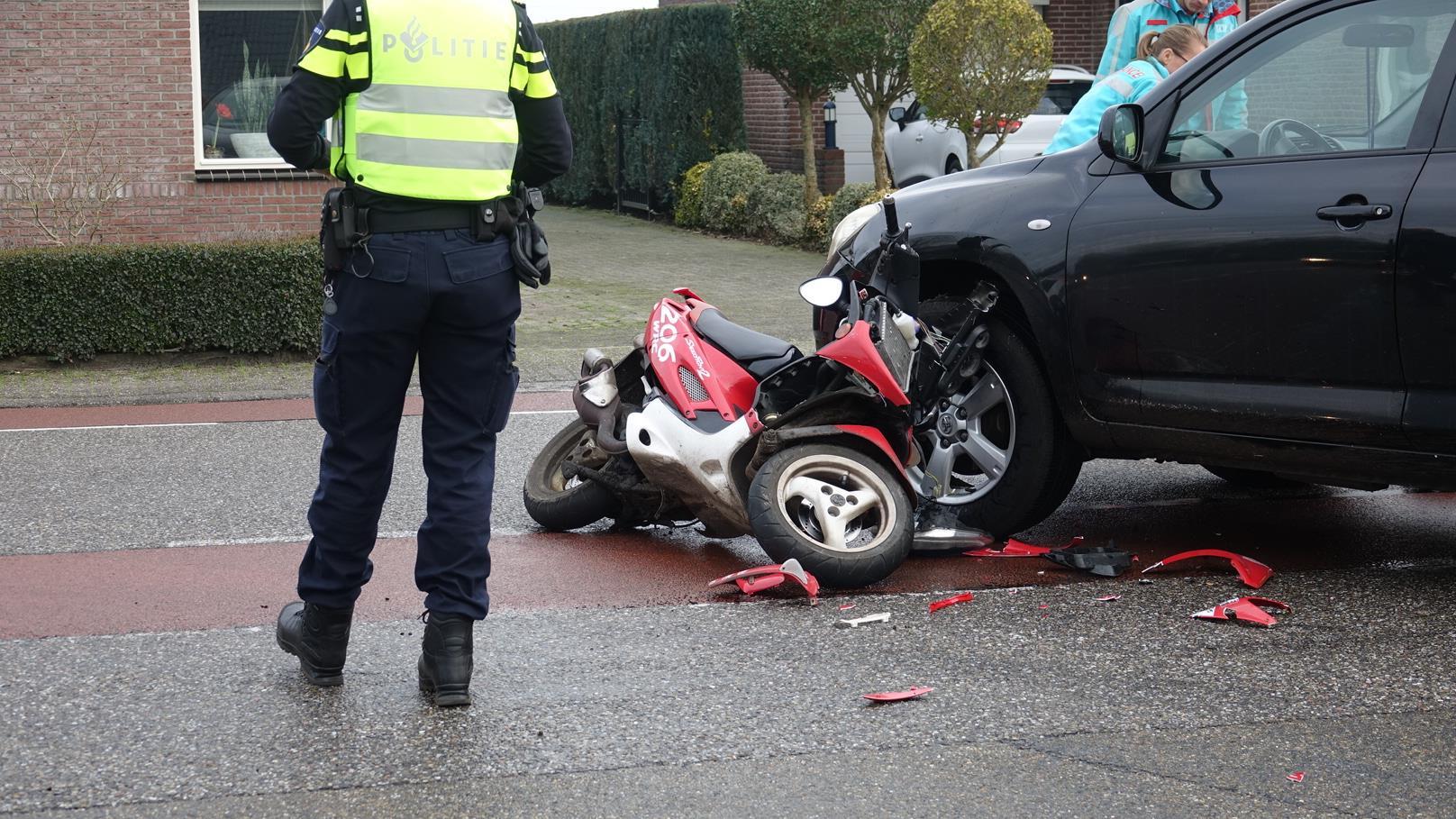 Scooterrijder gewond na aanrijding met auto in Dedemsvaart.