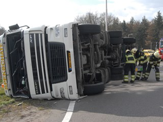 Vrachtwagen gekanteld