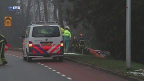 Auto in geul naast de weg op Enschedesestraat in Oldenzaal