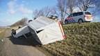 Busje met aanhanger gegrepen door windvlaag op dijk bij De Velde