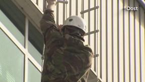 Militairen abseilen bij Thales in Hengelo