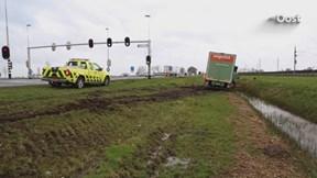 Vrachtwagen van de weg gegleden N50 Zalkerbroek