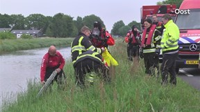 Veel hulpverleners om autoband in water