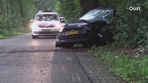 Automobilist rijdt tegen boom in Enschede