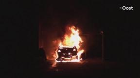 Felle autobrand verwoest auto in Deventer