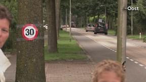 Kinderen controleren snelheid in Hoogenweg
