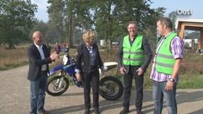 Motorcrossers werken samen met boswachters