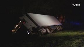 Chauffeur gewond geraakt bij ongeluk De Lutte