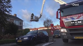 Brandweer haalt gewonde vrouw uit woning