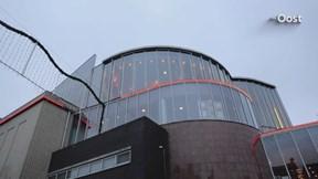 Man valt van dak bioscoop in Zwolle