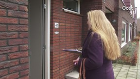 Langs de deur in het Zwolse Berkum voor handtekening tegen groot azc