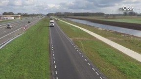 De Scania-colonne op de parallelweg van de A28