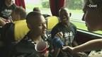 Joey Groenbast en Elvio van Overbeek in de spelersbus
