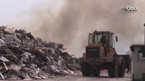 Grote stapel hout in brand bij afvalverwerkingsbedrijf in Dalfsen