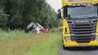 Vrachtwagen eindigt in de berm