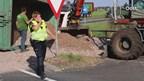 Vrachtwagen met puin kantelt in Dedemsvaart