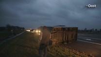 Wind blaast aanhanger omver op de A28 bij Staphorst